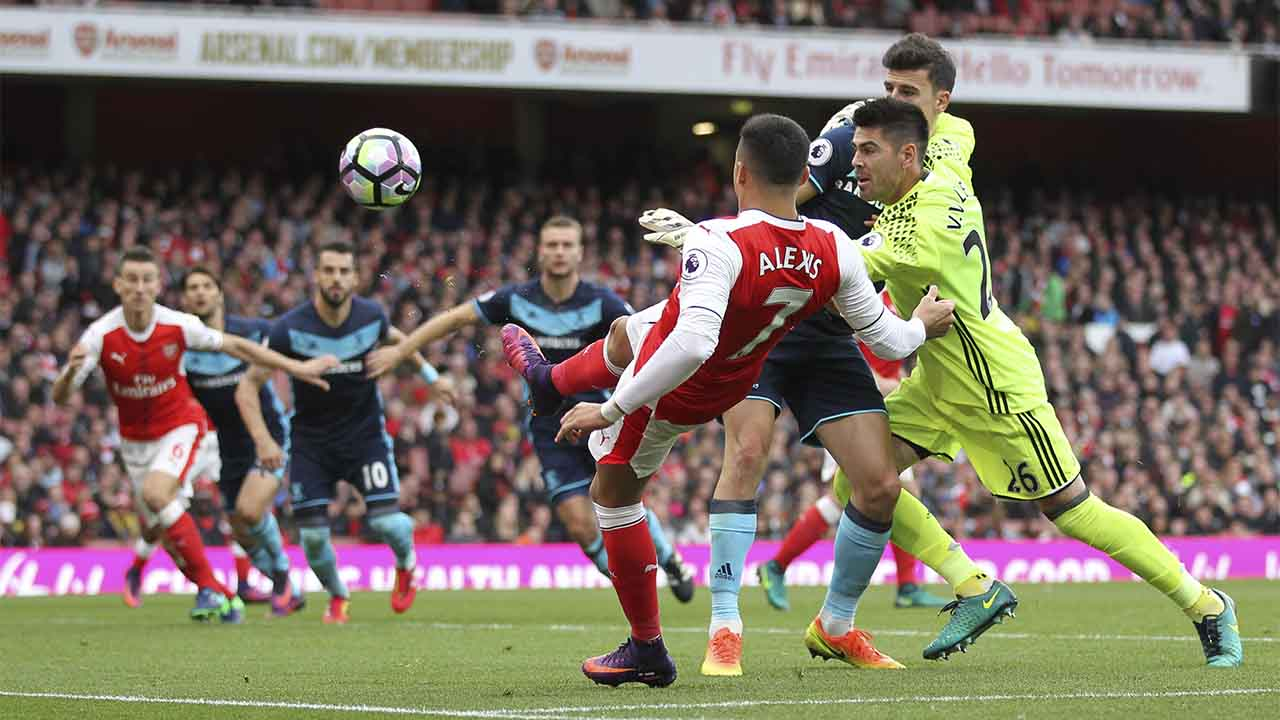 Arsenal's Chilean striker Alexis Sanchez (3R) vies with Middlesbrough's Spanish goalkeeper VÌctor Valdes (R) during the English Premier League football match between Arsenal and Middlesbrough at the Emirates Stadium in London on October 22, 2016.  / AFP PHOTO / Ian Kington / RESTRICTED TO EDITORIAL USE. No use with unauthorized audio, video, data, fixture lists, club/league logos or 'live' services. Online in-match use limited to 75 images, no video emulation. No use in betting, games or single club/league/player publications.  /