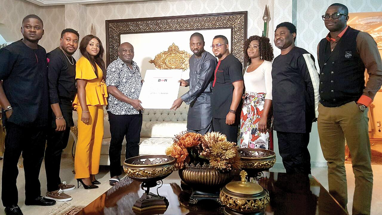 Gov Ikpeazu of Abia State receiving host certificate from BON Executive producer Seun Oloketuyi and some Nollywood stars in Umuahia.