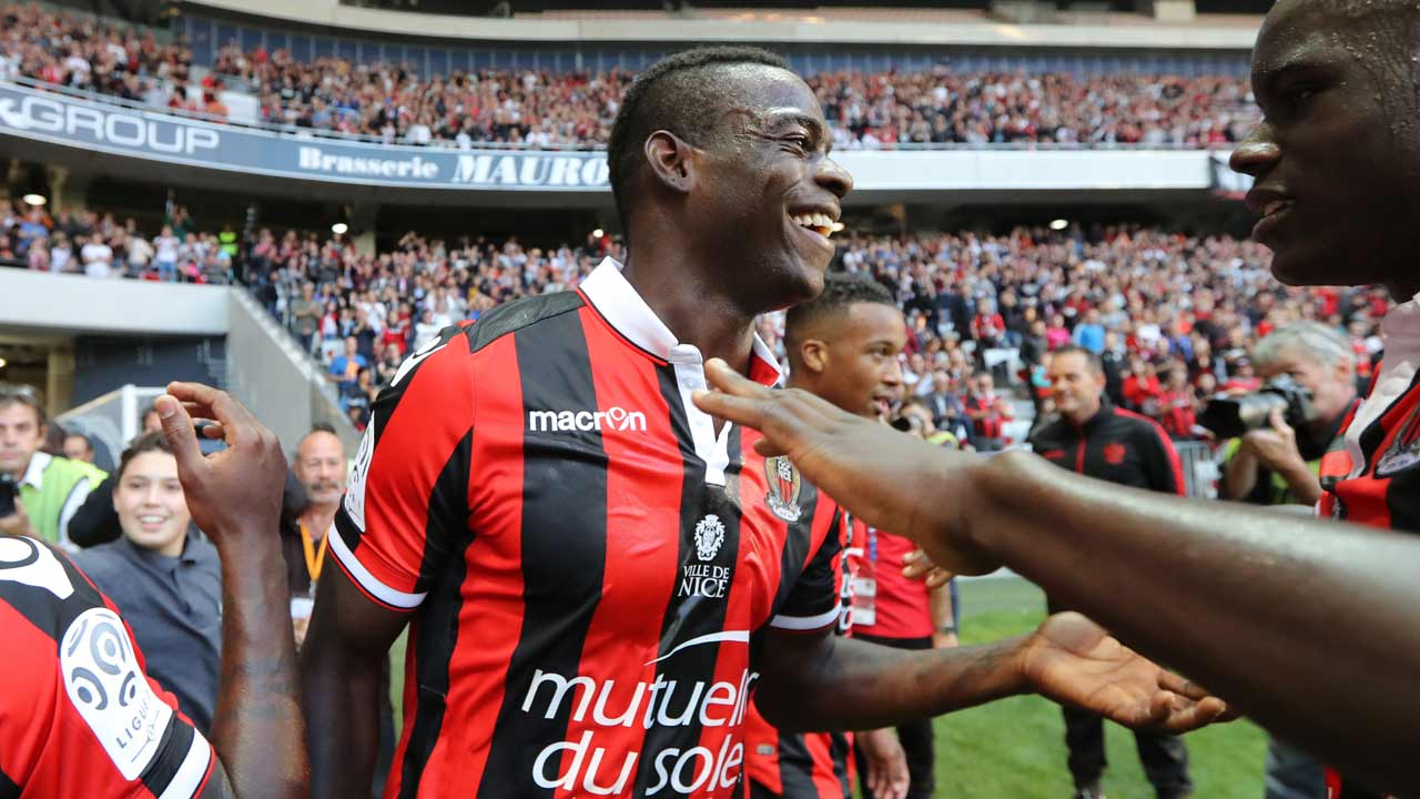 "Nice's Italian forward Mario Balotelli celebrates a goal of his team during the French L1 football match Nice (OGCN) vs Nantes (FCN) on October 30, 2016 at the ""Allianz Riviera"" stadium in Nice, southeastern France. VALERY HACHE / AFP"