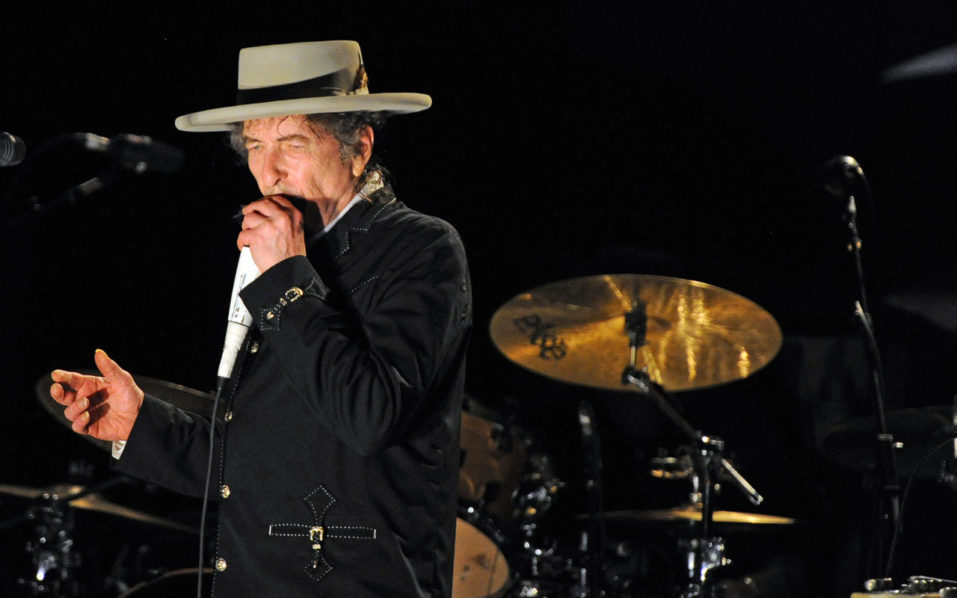 US poet and folk singer Bob Dylan performing during the Bluesfest music festival near Byron Bay. US songwriter Bob Dylan won the Nobel Literature Prize on October 13, 2016, the first songwriter to win the prestigious award and an announcement that surprised prize watchers. / AFP PHOTO / Torsten BLACKWOOD