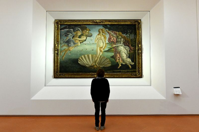 """""""Birth of Venus"""" painted in the mid 1480s by Italian painter Sandro Botticelli is seen at the reopening of Florence's Uffizi Gallery on October 17, 2016 (AFP Photo/Alberto Pizzoli)"""