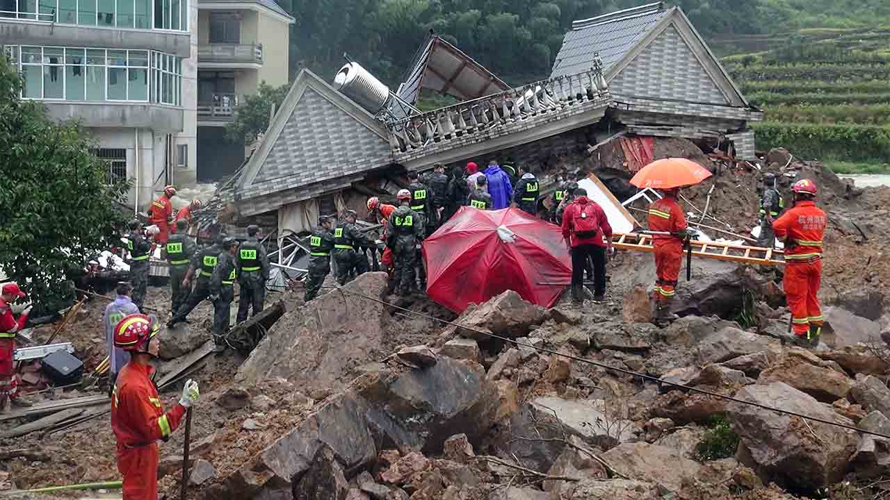 Chinese rescuers search for survivors at a landslide area in the village of Sucun in Suichang county, in China's Zhejiang province on September 29, 2016. At least 33 people are missing a day after landslides swept through two east China villages, state media reported on September 29, as rescuers combed through rubble for survivors.  / AFP PHOTO / STR / China OUT