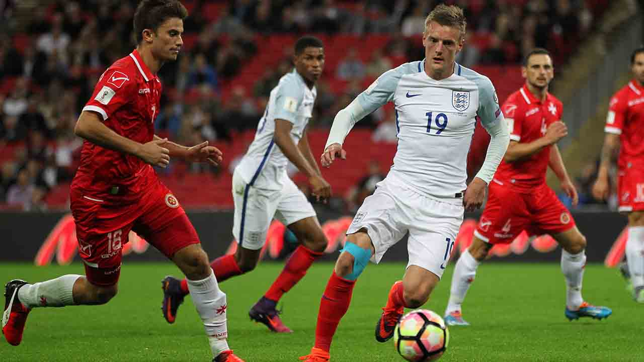 England's striker Jamie Vardy (3rd L) vies with Malta's midfielder Ryan Scicluna (L) during the World Cup 2018 football qualification match between England and Malta at Wembley Stadium in London on October 8, 2016.  England won the game 2-0. / AFP PHOTO / Ian KINGTON / NOT FOR MARKETING OR ADVERTISING USE / RESTRICTED TO EDITORIAL USE