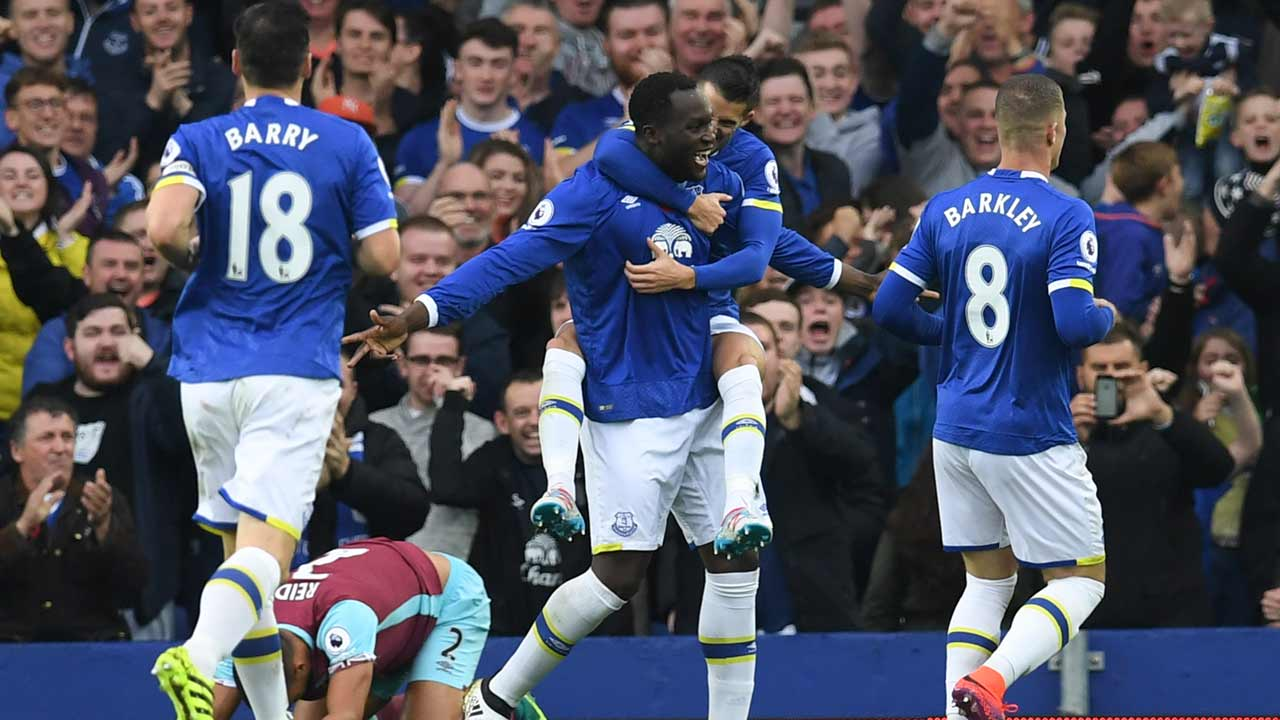 Everton's Belgian striker Romelu Lukaku (C) celebrates with teammates after scoring the opening goal of the English Premier League football match between Everton and West Ham United at Goodison Park in Liverpool, north west England on October 30, 2016. PAUL ELLIS / AFP