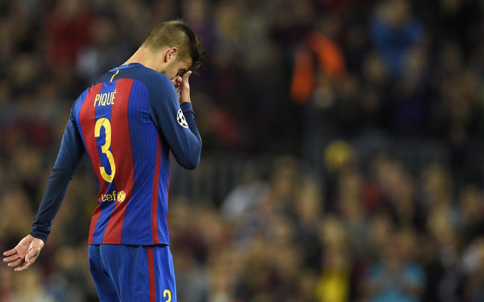 Barcelona's defender Gerard Pique gestures as he leaves the pitch after resulting injured during the UEFA Champions League football match FC Barcelona vs Manchester City at the Camp Nou stadium in Barcelona on October 19, 2016. / AFP PHOTO / LLUIS GENE