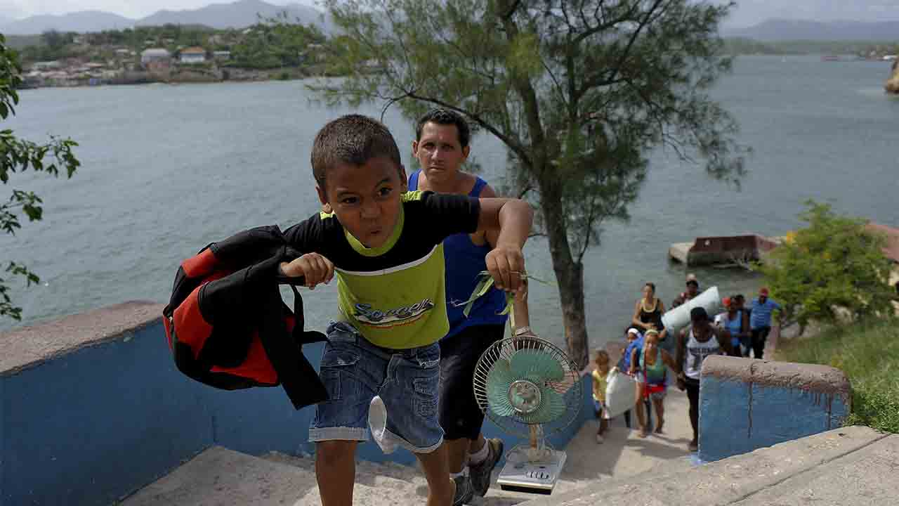 Residents of Granma Island are evacuated due to the proximity of Hurricane Matthew in Santiago de Cuba on October 2, 2016.  / AFP PHOTO / YAMIL LAGE