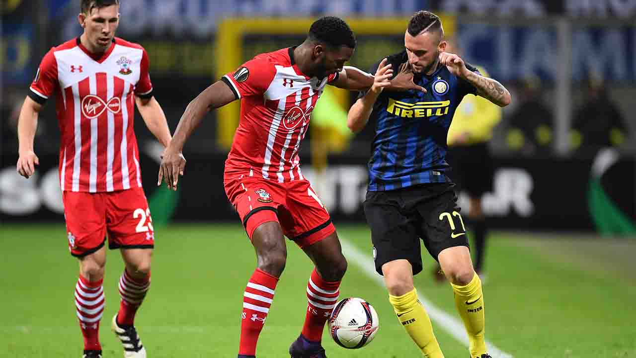 Inter Milan's Croatian midfielder Marcelo Brozovic (R) challenges Southampton's Dutch defender Cuco Martina during the Europa League group K football match between Inter and Southampton at the San Siro Stadium in Milan on October 20, 2016. / AFP PHOTO / GIUSEPPE CACACE