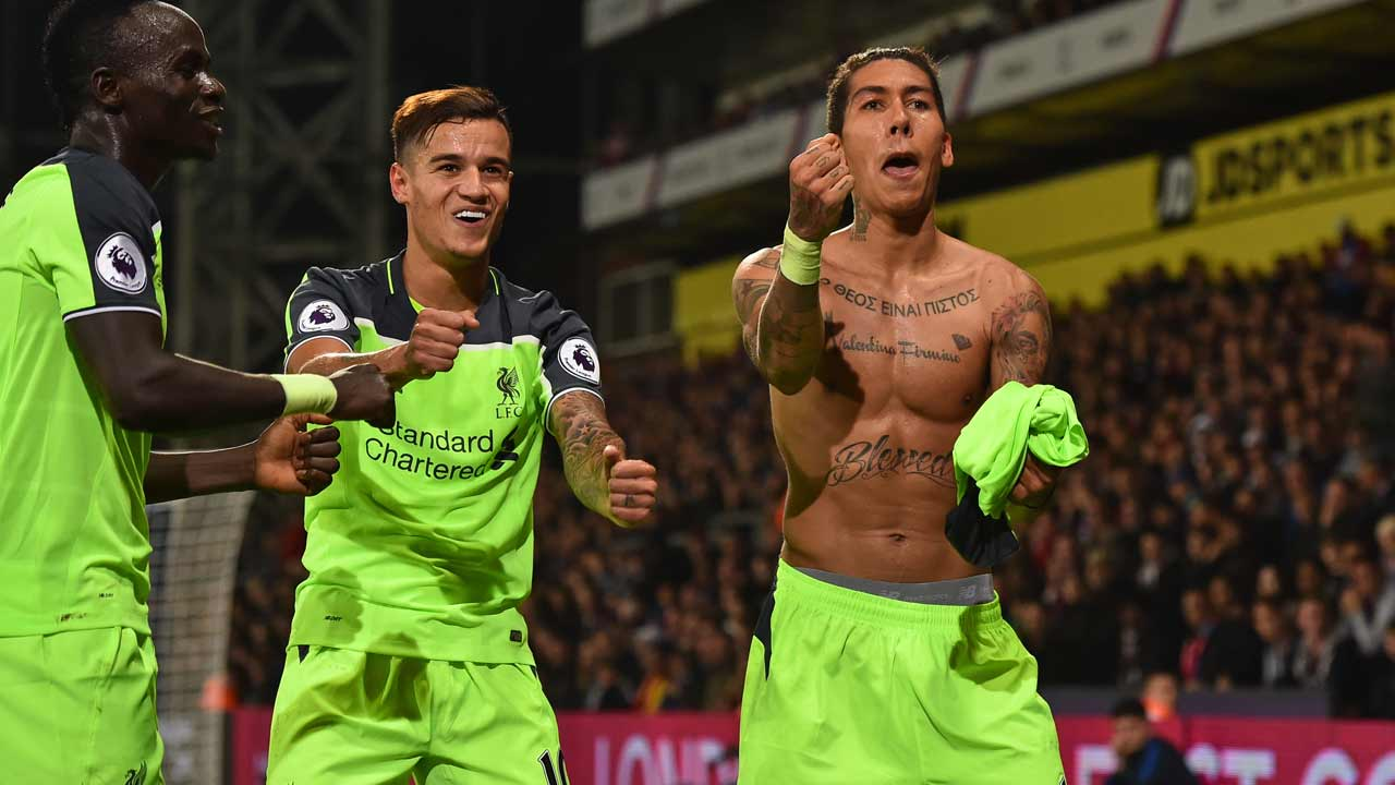 Liverpool's Brazilian midfielder Roberto Firmino (R) celebrates with Liverpool's Senegalese midfielder Sadio Mane (L) and Liverpool's Brazilian midfielder Philippe Coutinho after scoring their fourth goal during the English Premier League football match between Crystal Palace and Liverpool at Selhurst Park in south London on October 29, 2016.  Glyn KIRK / AFP