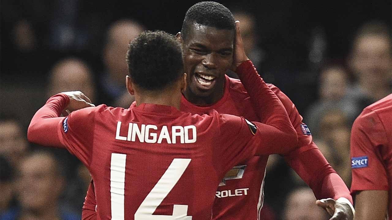 Manchester United's French midfielder Paul Pogba (R) and Manchester United's English midfielder Jesse Lingard (L) celebrate after Pogba scored their third goal during the UEFA Europa League group A football match between Manchester United and Fenerbahce at Old Trafford in Manchester, north west England, on October 20, 2016. / AFP PHOTO / OLI SCARFF
