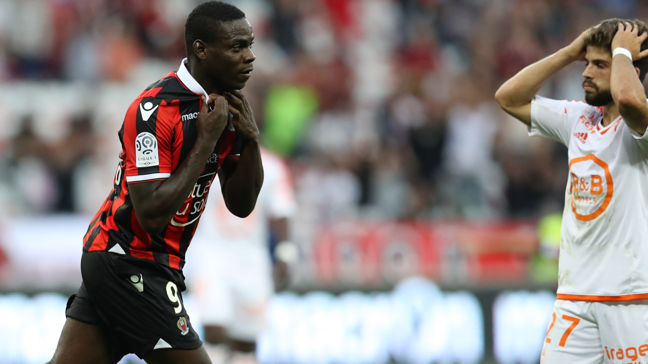 "Nice's Italian forward Mario Balotelli (L) celebrates after scoring a goal next to Lorient's French midfielder Jimmy Cabot (R) during the French L1 football match Nice (OGCN) vs Lorient (FCL) on October 2, 2016 at the ""Allianz Riviera"" stadium in Nice, southeastern France. / AFP PHOTO / VALERY HACHE"