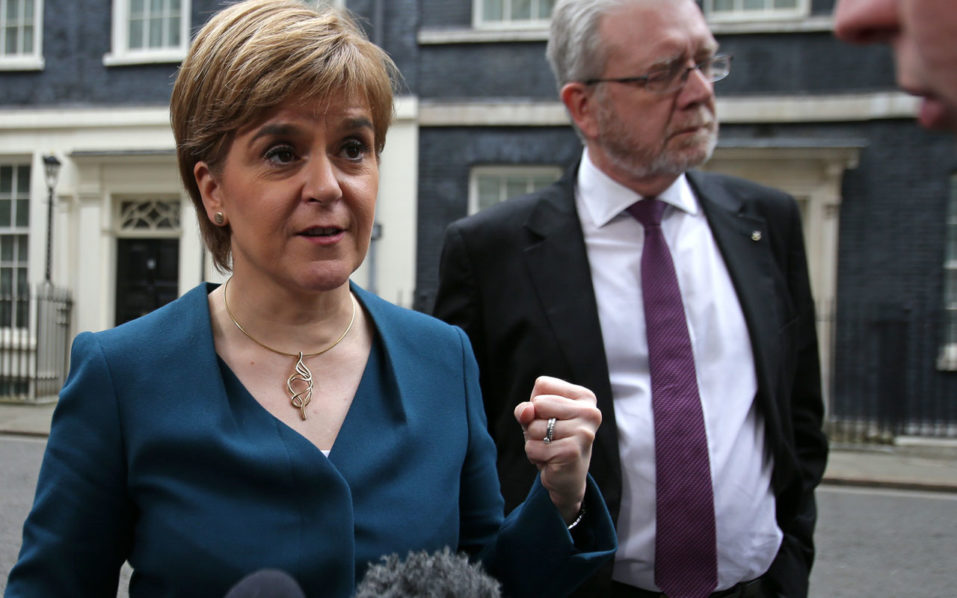 Scottish First Minister Nicola Sturgeon gestures as she speaks to members of the media outside 10 Downing Street in central London on October 24, 2016 after holding talks with British Prime Minister Theresa May and the first ministers of Wales and Northern Ireland on the government's Brexit plans. Sturgeon, leader of the secessionist Scottish National Party, has been the most vocal of the first ministers since the June 23 vote. Earlier this month she called for a fresh referendum on Scottish independence if Scotland's interests are not protected in the Brexit negotiations.  / AFP PHOTO / DANIEL LEAL-OLIVAS