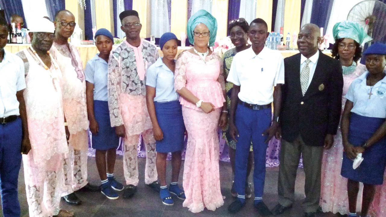 Imo House of Assembly member and daughter of Late Louis Eko Okeke, Ambassador Uju Onwudiwe (middle); flanked by chairman of the event, Air Commodore Chiemeka Ozoemene (rtd), (3rd right) and beneficiaries of the scholarship awards.