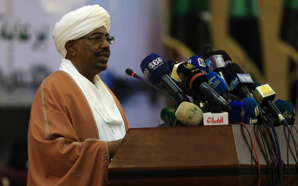 Sudanese President Omar al-Bashir speaks during the final session of a national dialogue launched in October 2015 to try to resolve the insurgencies in Sudan's border regions and the country's dilapidated economy, in Khartoum on October 10, 2016.  Sudanese President Omar al-Bashir extended a cease-fire in three strife-torn regions of Sudan as he concluded a national dialogue to resolve the country's multiple crises.  / AFP PHOTO / Ebrahim Hamid
