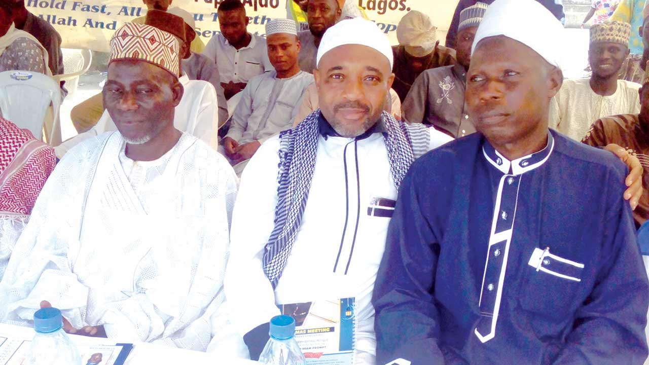 Chief Imam, Ogo Oluwa Central Mosque, Alhaji Musa Opeolu (left); Founder and Chief Missioner, Amubins International, Sheikh Abd Razaq Woleola (Aafakalahu);  and President, Papa Ajao Muslim Assembly (PAMAS), Alhaji Jamiu Salis Ololade Ajose,  during the 10th anniversary of PAMAS in Mushin, Lagos.