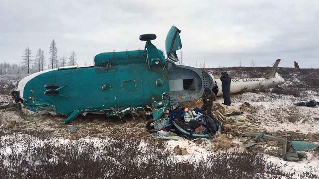 """A handout picture released by Russia's Emergencies Ministry on October 22, 2016 shows Russian rescuers working at the site where a Mi-8 helicopter crashed overnight outside the city of Novy Urengoy on October 22, 2016.   At least 19 people were killed when a helicopter carrying 22 people crashed in northwestern Siberia, Russia's Investigative Committee said.  / AFP PHOTO / RUSSIAN EMERGENCIES MINISTRY / STR / RESTRICTED TO EDITORIAL USE - MANDATORY CREDIT """"AFP PHOTO / RUSSIAN EMERGENCIES MINISTRY"""" - NO MARKETING NO ADVERTISING CAMPAIGNS - DISTRIBUTED AS A SERVICE TO CLIENTS"""