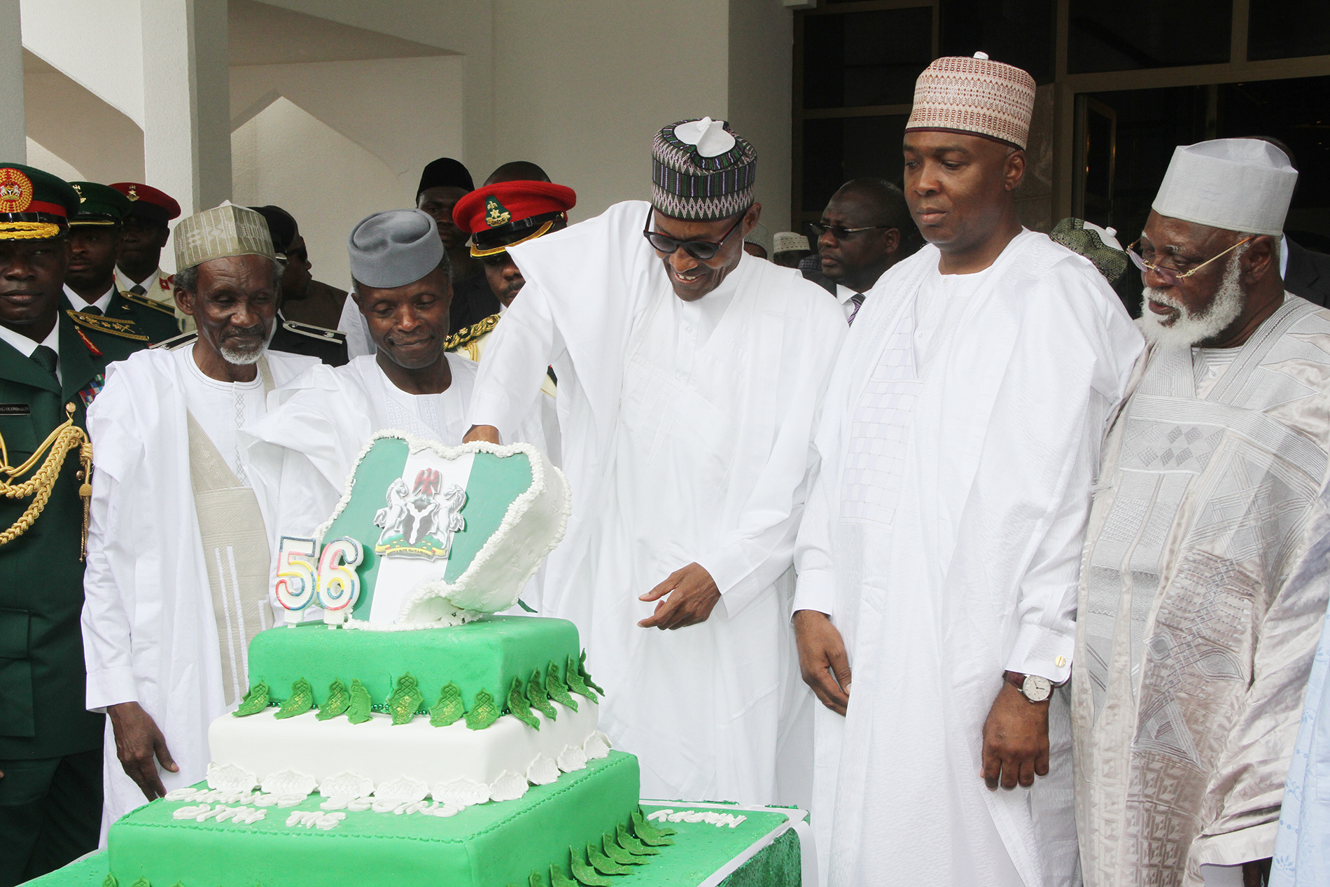 Chief Justice of Nigeria Justice Mahmud Mohammed,Vice President Prof. Yemi Osinbajo, President Mohammadu Buhari, Senate President Senator Bukola Saraki and Former Head of State Gen Abdulsalami Abubakar Cutting the Cake to mark Nigeria 56TH Independence Anniversary at the Presidential Villa Abuja on the 1st Oct 2016. PHOTO: PHILIP OJISUA