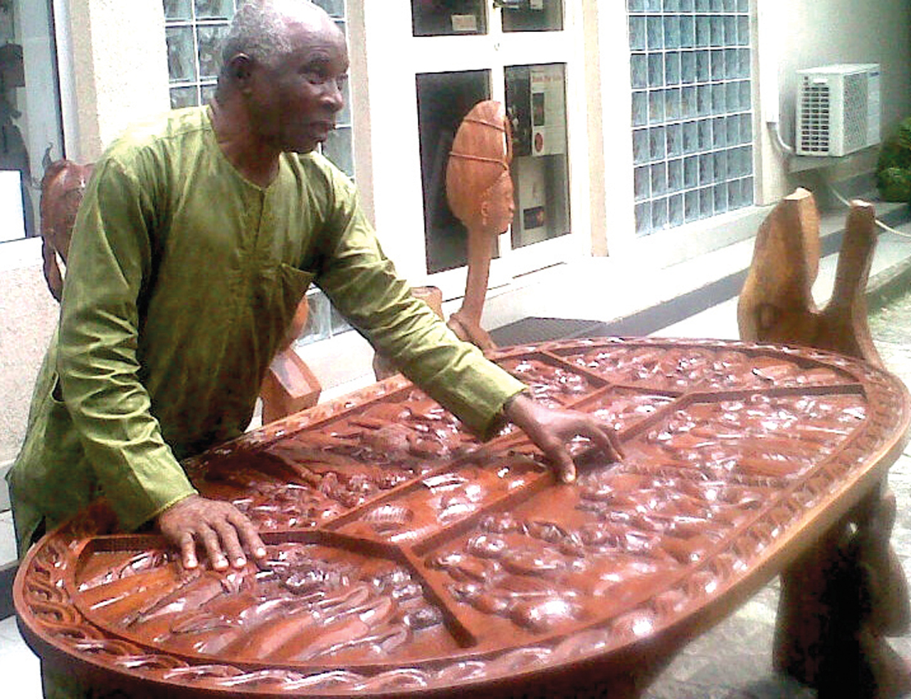 Sculptor, Roland Udinyiwe Ogiamen, explaining his work during a preview