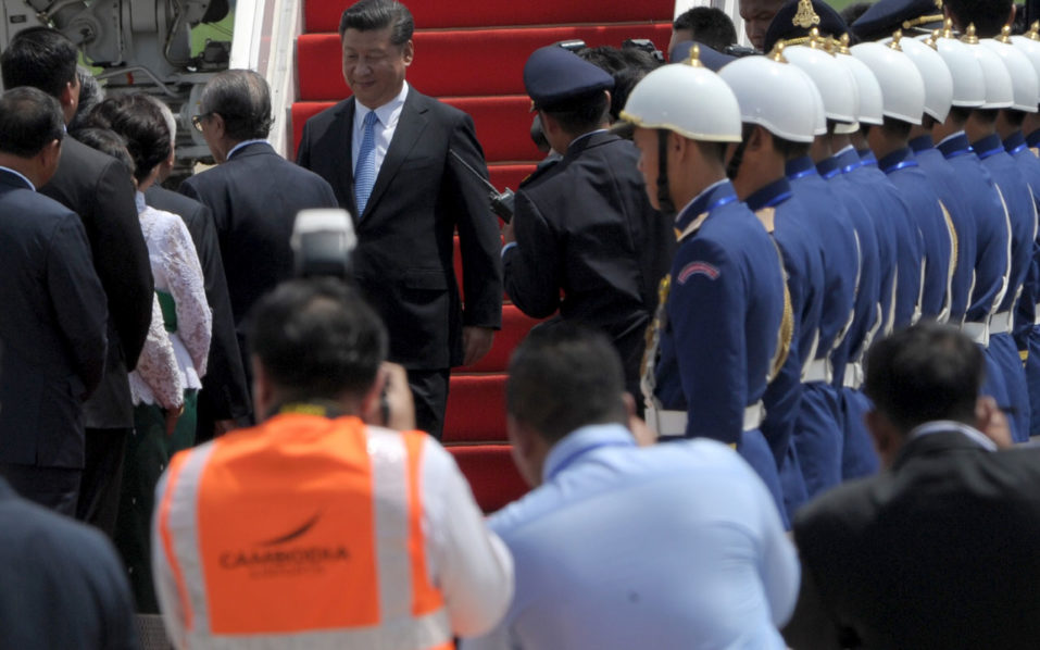 Chinese President Xi Jinping (top C-L) disembarks from his plane upon his arrival at the Phnom Penh international airport on October 13, 2016. Chinese President Xi Jinping arrived Cambodia for a two-day state visit. Chinese President Xi Jinping is in Cambodia for a two-day state visit. / AFP PHOTO / TANG CHHIN SOTHY