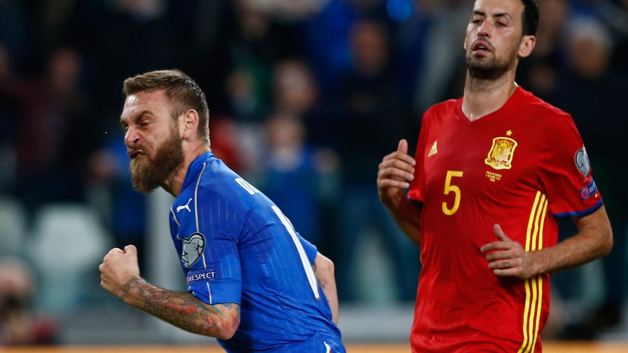 taly's midfielder Daniele De Rossi (L) celebrates after scoring a penalty during the WC 2018 football qualification match between Italy and Spain on October 6, 2016 at the Juventus stadium in Turin. The match ended on a 1-1 draw. Marco BERTORELLO / AFP