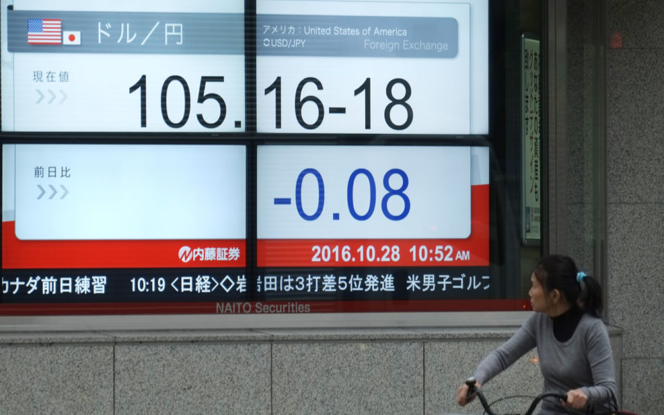 An electronics quotation board displays the current exchange rate of the Japanese yen against the US dollar in Tokyo on October 28, 2016.  Tokyo stocks rose on October 28 morning as the yen's fall to three-month lows against the dollar triggered buying of shares in exporters. / AFP PHOTO / KAZUHIRO NOGI