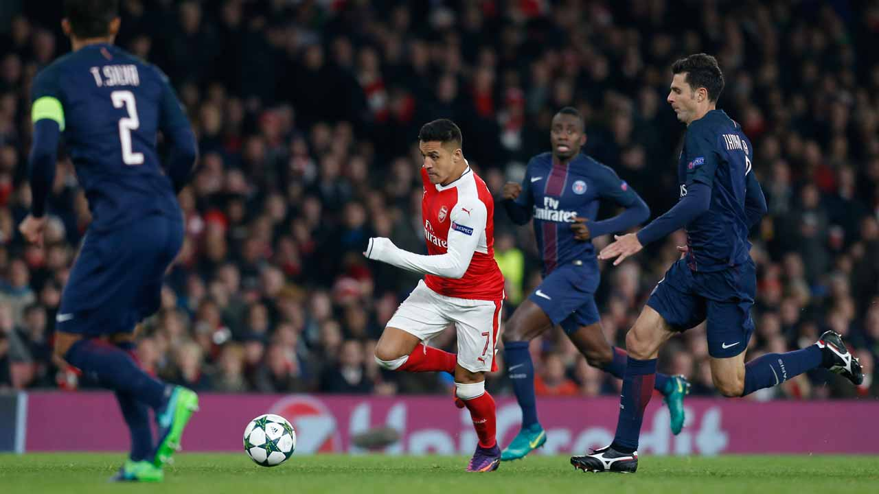 Arsenal's Chilean striker Alexis Sanchez (C) runs with the ball during the UEFA Champions League group A football match between Arsenal and Paris Saint-Germain at the Emirates Stadium in London on November 23, 2016. Ian KINGTON / IKIMAGES / AFP