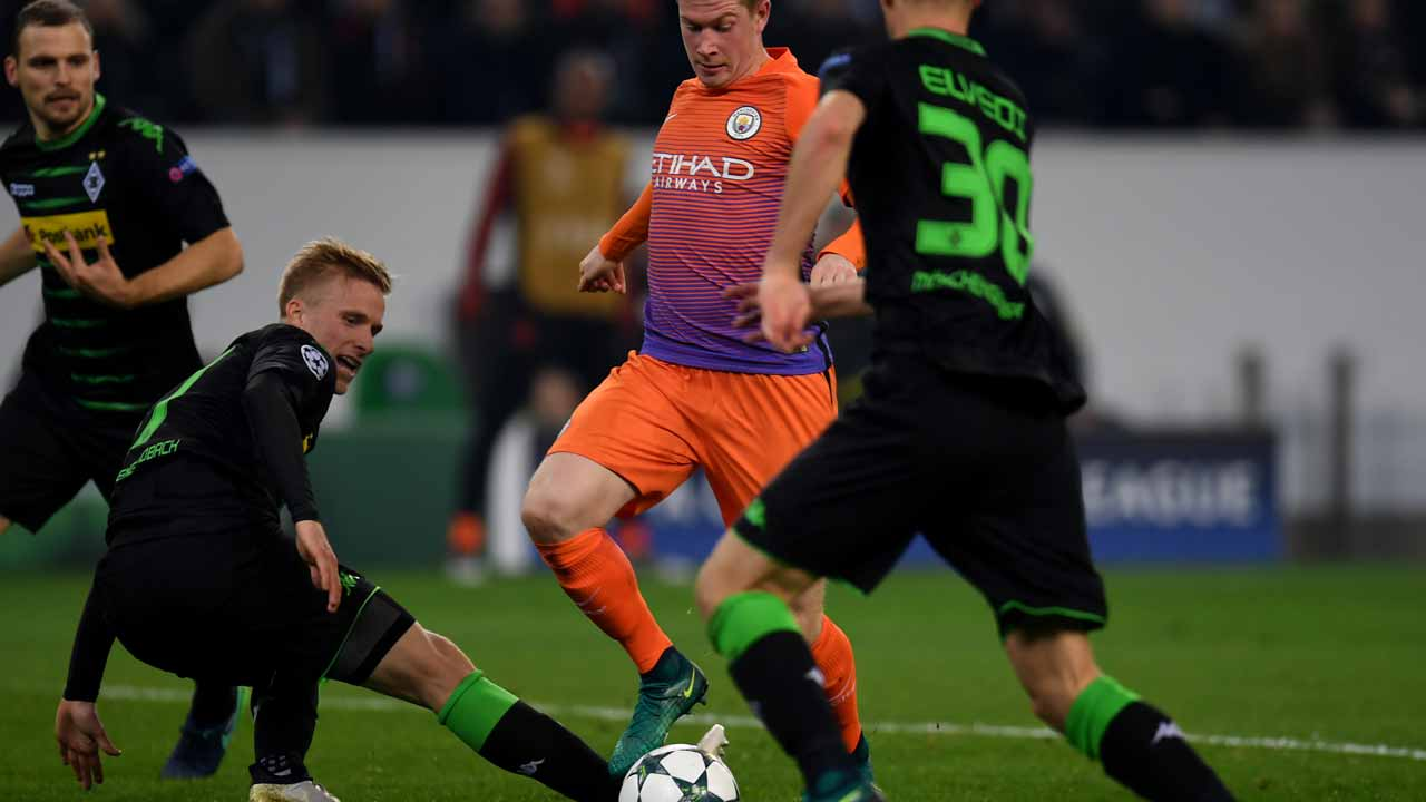 Moenchengladbach's Swedish defender Oscar Wendt and Manchester City's Belgian midfielder Kevin De Bruyne vie for the ball during the UEFA group C Champions League football match between Borussia Moenchengladbach and Manchester City on November 23, 2016 in Moenchengladbach, western Germany. PATRIK STOLLARZ / AFP