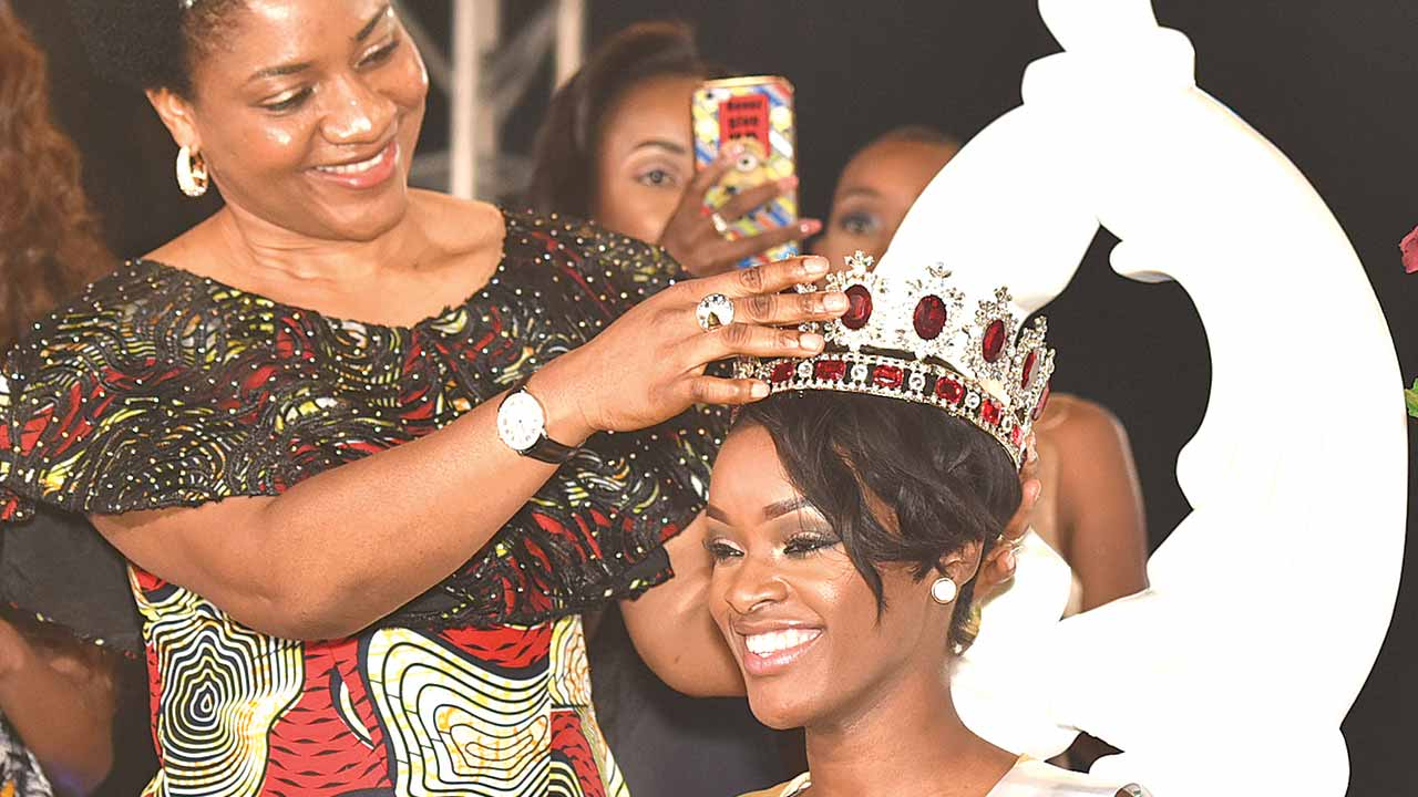 Wife of the Cross River State Governor, Dr. Linda Ayade, crowning winner of the maiden Miss Africa beauty pageant, Angola's Neurite Mendes