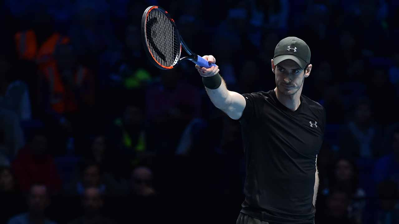 Britain's Andy Murray gestures to his team during his men's semi-final singles match against Canada's Milos Raonic on day seven of the ATP World Tour Finals tennis tournament in London on November 19, 2016.  Glyn KIRK / AFP