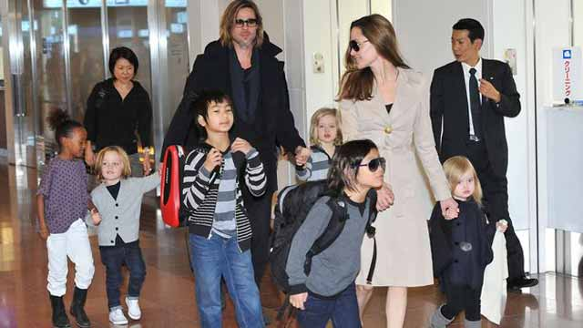Angelina Jolie with Brad Pit and children