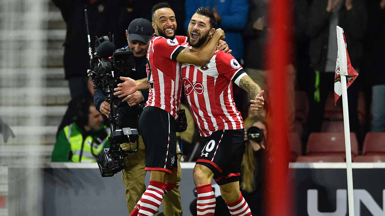 Southampton's English striker Charlie Austin (R) celebrates with Southampton's English midfielder Nathan Redmond after scoring the opening goal in the first minute of the English Premier League football match between Southampton and Everton at St Mary's Stadium in Southampton, southern England on November 27, 2016. Glyn KIRK / AFP