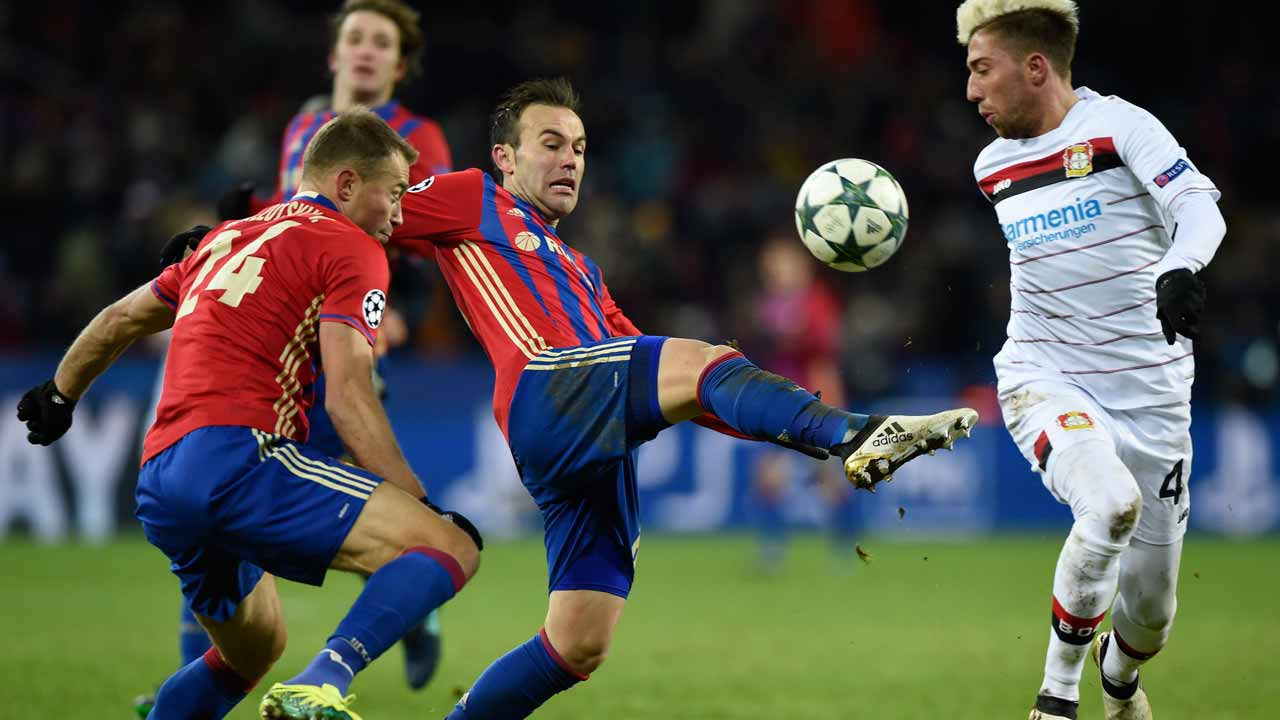 CSKA Moscow's defender Vasili Berezutski (L) and CSKA Moscow's Israeli midfielder Bibras Natcho (C) vie for the ball with Leverkusen's Slovanian midfielder Kevin Kampl during the UEFA Champions League football match between PFC CSKA Moscow and Bayer 04 Leverkusen at the CSKA Arena in Moscow on November 22, 2016.  Yuri KADOBNOV / AFP