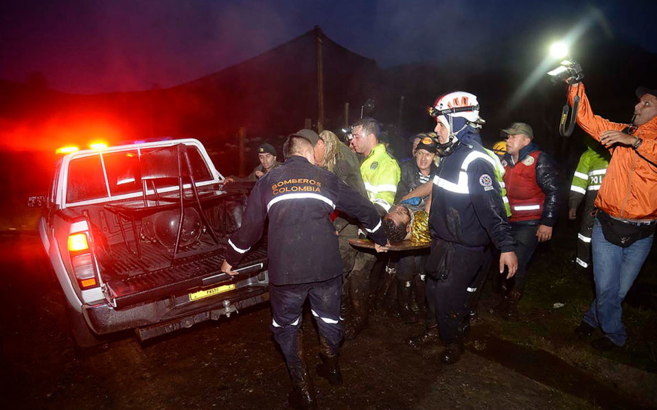 Rescuers carry one of the survivors from the LAMIA airlines charter plane carrying members of the Chapecoense Real football team that crashed in the mountains of Cerro Gordo, municipality of La Union, on November 29, 2016. A charter plane carrying the Chapocoense Real football team crashed in the mountains in Colombia late Monday, killing as many as 75 people, officials said.  / AFP PHOTO / Raul ARBOLEDA