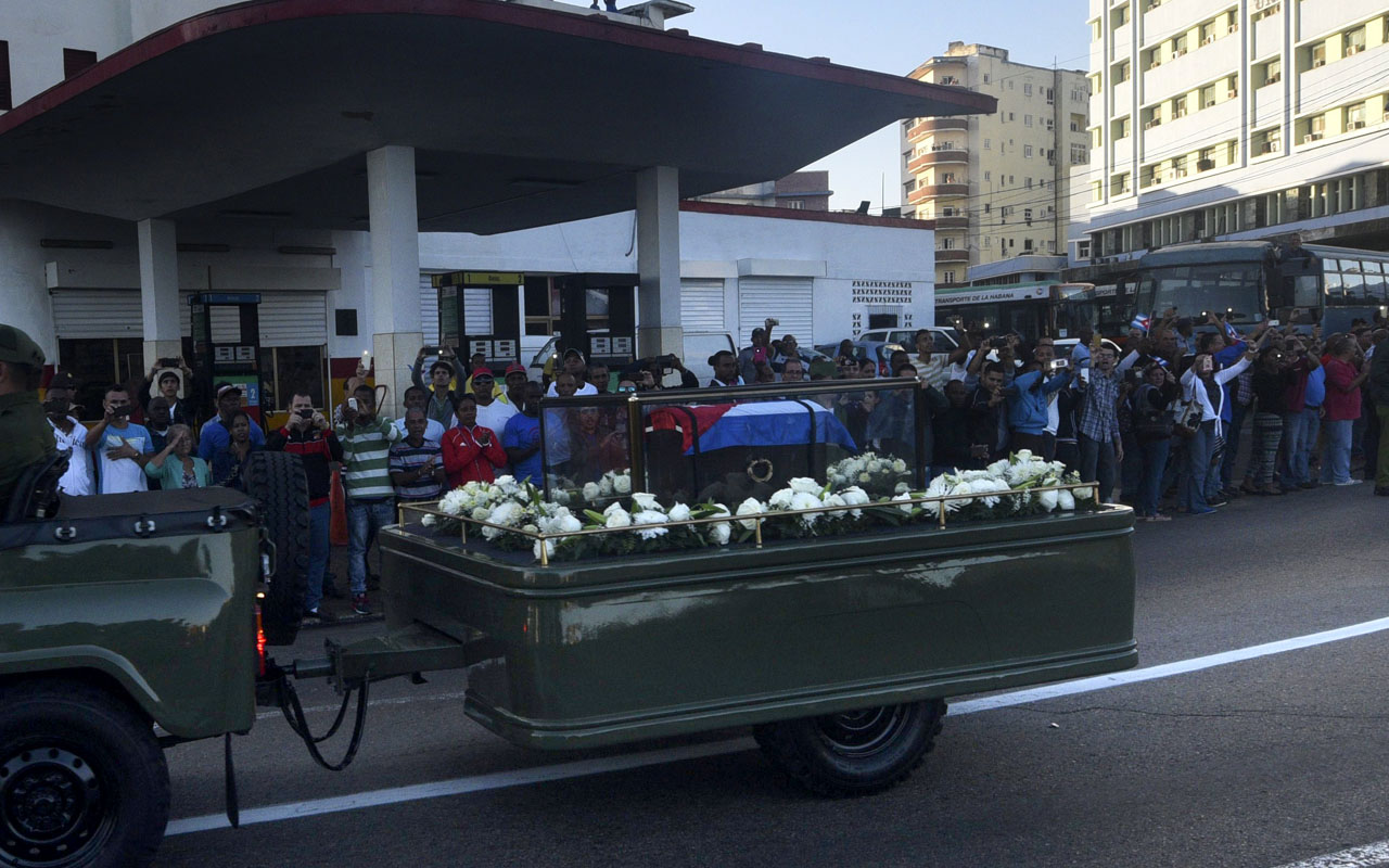 """The urn with the ashes of Cuban leader Fidel Castro is driven through the streets of Havana starting a final four-day journey across Cuba, on November 30, 2016. The """"caravan of freedom"""" will leave from Havana, making symbolic stops along the 950-kilometer (590-mile) trek that will end in the eastern city of Santiago de Cuba over the weekend. / AFP PHOTO / Rodrigo ARANGUA"""