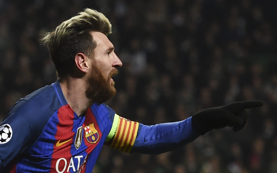 Barcelona's Argentinian striker Lionel Messi celebrates scoring the opening goal during the UEFA Champions League group C football match between Celtic and Barcelona at Celtic Park in Glasgow on November 23, 2016. / AFP PHOTO / Paul ELLIS