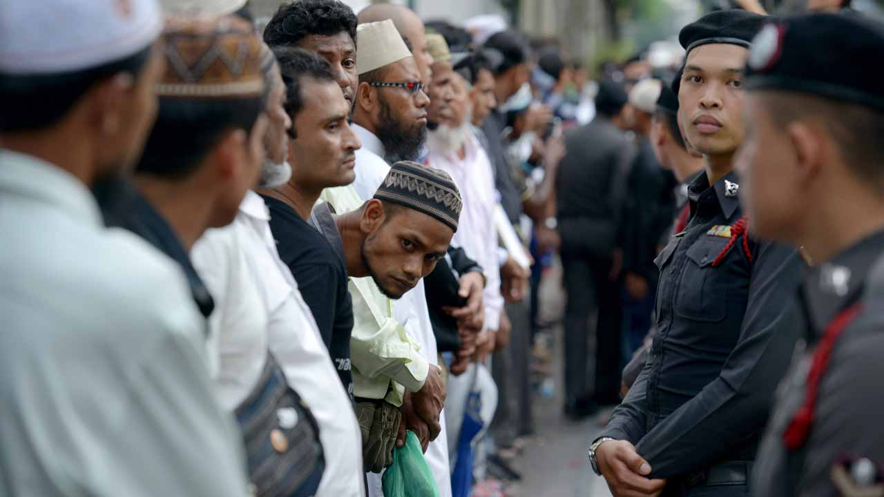 Muslims protesters stand in front of Thai police officials during a protest outside the Myanmar embassy in Bangkok on November 25, 2016. Around 5,000 Bangladeshi Muslims demonstrated in the capital Dhaka after Friday prayers on November 25, with hundreds more protesting in Kuala Lumpur, Jakarta and Bangkok as Myanmar faced mounting allegations of ethnic cleansing and genocide. TANG CHHIN SOTHY / AFP