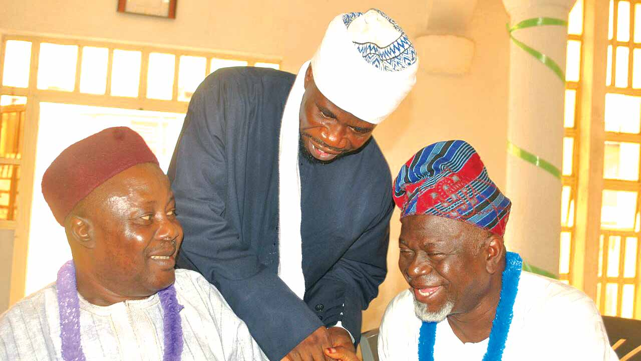 Chief Imam of Akure Kingdom, Alhaji Abdul Hakeem Yayi Akorede (middle) exchanging pleasantries with Chief Jamiu Ekungba (right) while the Chairman of Federal University of Technology Akure (FUTA) Muslim Community, Prof. Isiaq Amoo watches during the investiture/lecture programme organized by Muslim Media Practitioners of Nigeria (MMPN) Ondo State Chapter held in Akure.
