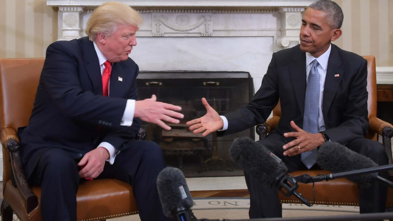 US President Barack Obama and Republican President-elect Donald Trump shake hands during a transition planning meeting in the Oval Office at the White House on November 10, 2016 in Washington,DC. JIM WATSON / AFP
