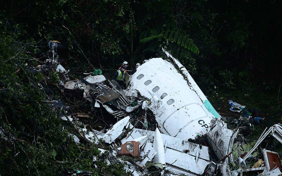 Rescuers search for survivors from the wreckage of the LAMIA airlines charter plane carrying members of the Chapecoense Real football team that crashed in the mountains of Cerro Gordo, municipality of La Union, on November 29, 2016. A charter plane carrying the Brazilian football team crashed in the mountains in Colombia late Monday, killing as many as 75 people, officials said.  / AFP PHOTO / Raul ARBOLEDA