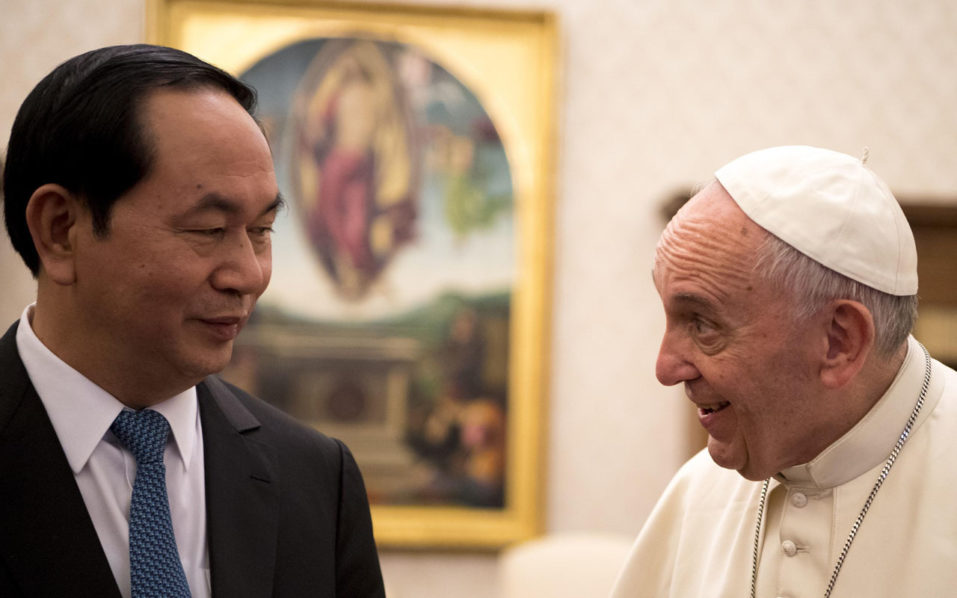 Pope Francis meets with President of the Socialist Republic of Vietnam, Tran Dai Quang, in a private audience in Vatican, on 23 November 2016. / AFP PHOTO / POOL / MAURIZIO BRAMBATTI