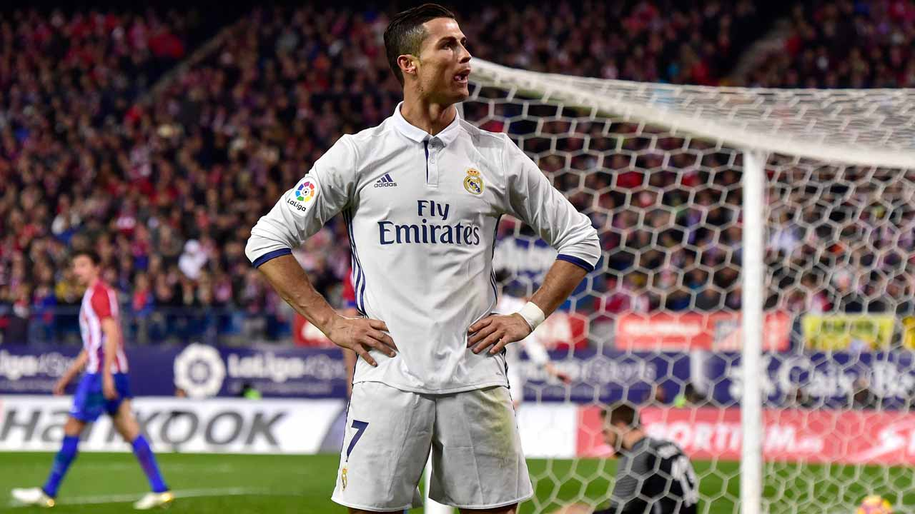 Real Madrid's Portuguese forward Cristiano Ronaldo celebrates after scoring his third goal during the Spanish league football match Club Atletico de Madrid vs Real Madrid CF at the Vicente Calderon stadium in Madrid, on November 19, 2016. Real Madrid won 3-0.  GERARD JULIEN / AFP