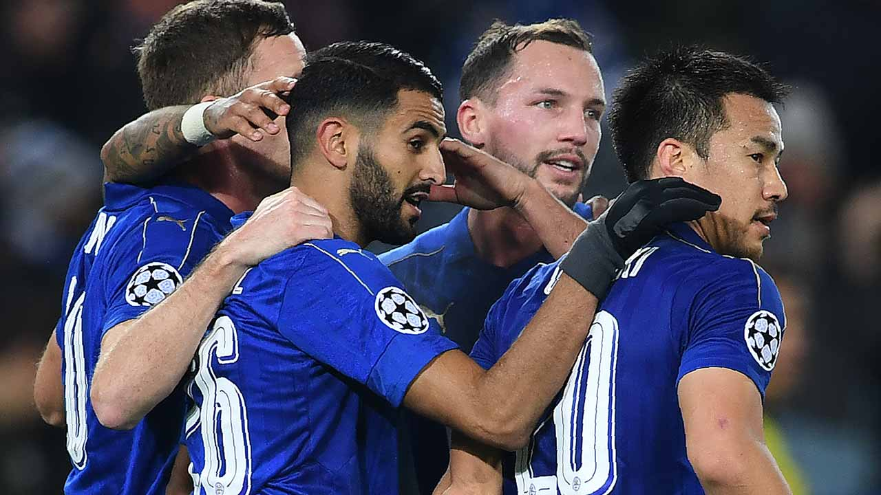 Leicester City's Algerian midfielder Riyad Mahrez (2L) celebrates scoring his team's second goal from the penalty spot, with Leicester City's English midfielder Danny Drinkwater (2R) and Leicester City's Japanese striker Shinji Okazaki (R) during the UEFA Champions League group G football match between Leicester City and Club Brugge at the King Power Stadium in Leicester, central England on November 22, 2016.  Paul ELLIS / AFP