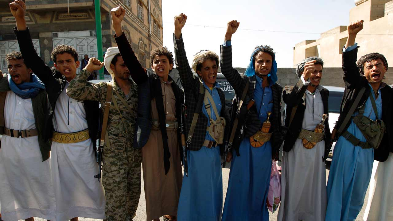Yemeni men supporting the Shiite Huthi rebels demonstrate against a UN-proposed peace plan for their country during a protest outside the hotel hosting UN envoy for Yemen, in Sanaa, on November 5, 2016. MOHAMMED HUWAIS / AFP