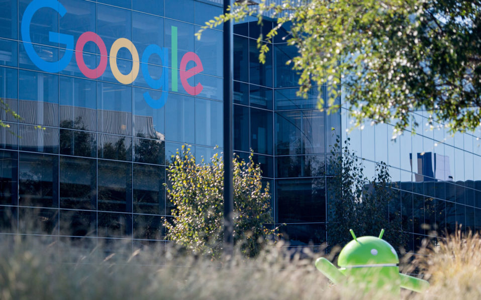 A Google logo and Android statue are seen at the Googleplex in Menlo Park, California on November 4, 2016.  / AFP PHOTO / JOSH EDELSON