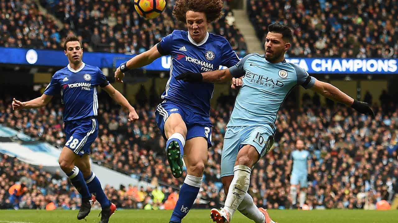 Chelsea's Brazilian defender David Luiz (C) vies with Manchester City's Argentinian striker Sergio Aguero (R) during the English Premier League football match between Manchester City and Chelsea at the Etihad Stadium in Manchester, north west England, on December 3, 2016. PHOTO: Paul ELLIS / AFP