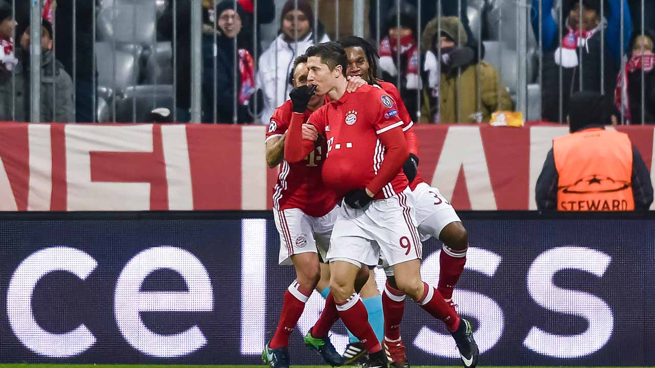 Bayern Munich's Polish striker Robert Lewandowski celebrates scoring the opening goal with his teammates during the UEFA Champions League group D football match between FC Bayern Munich and Atletico Madrid in Munich, southern Germany, on December 6, 2016. PHOTO: GUENTER SCHIFFMANN / AFP