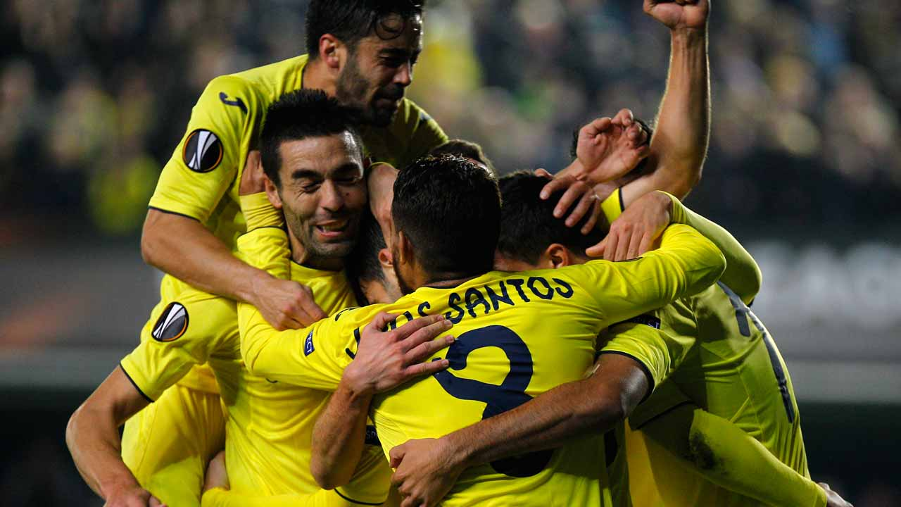 Villarreal players celebrate a goal during the UEFA Europa League football match Villarreal CF vs FC Steaua Bucharest at El Madrigal stadium in Vila-real on December 8, 2016. PHOTO: JOSE JORDAN / AFP