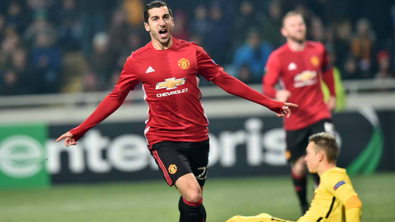 Manchester United's Armenian midfielder Henrikh Mkhitaryan celebrates after scoring a goal during the UEFA Europa League football match between FC Zorya Luhansk and Manchester United FC at the Chornomorets stadium in Odessa on December 8, 2016 Sergei SUPINSKY / AFP