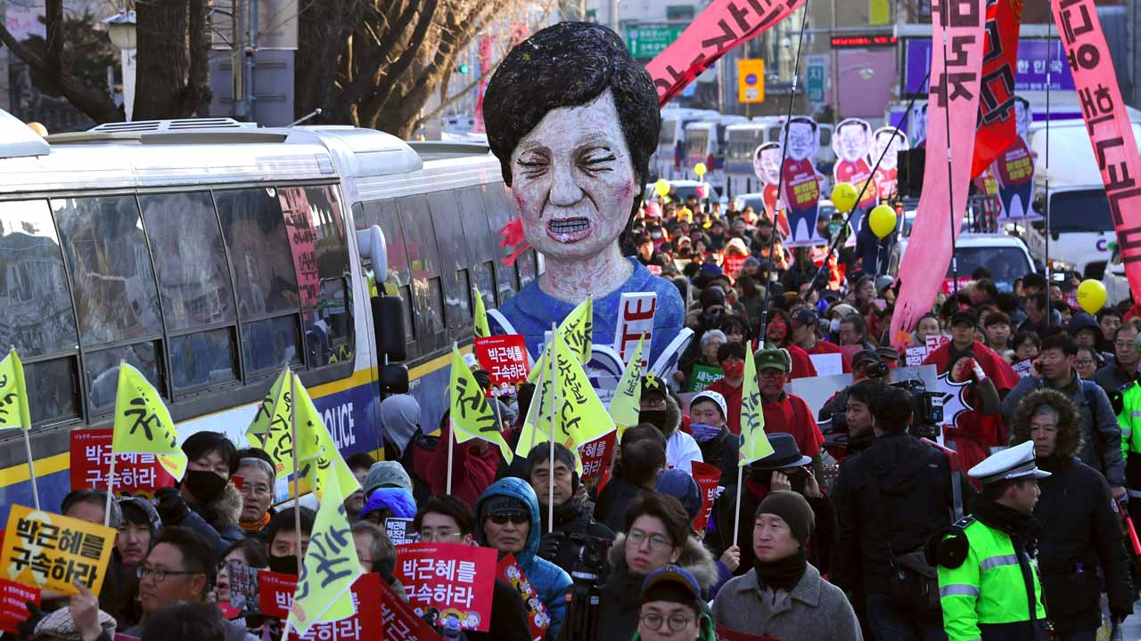 Protesters carry an effigy of South Korea's President Park Geun-Hye during a rally demanding her arrest near the presidential house in Seoul on December 10, 2016. A day after South Korean lawmakers successfully impeached scandal-hit President Park Geun-Hye, hundreds of thousands of people were expected to take to the streets of Seoul on December 10 for a scheduled protest turned celebration. PHOTO: JUNG Yeon-Je / AFP
