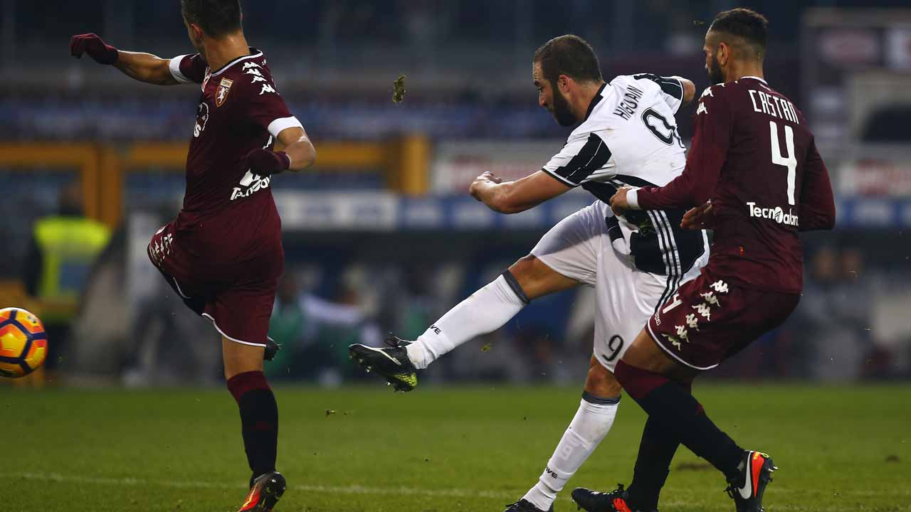 Juventus' forward Gonzalo Higuain from Argentina scores during the Italian Serie A football match Torino Vs Juventus on December 11, 2016 at the Grande Torino Stadium in Turin. PHOTO: MARCO BERTORELLO / AFP