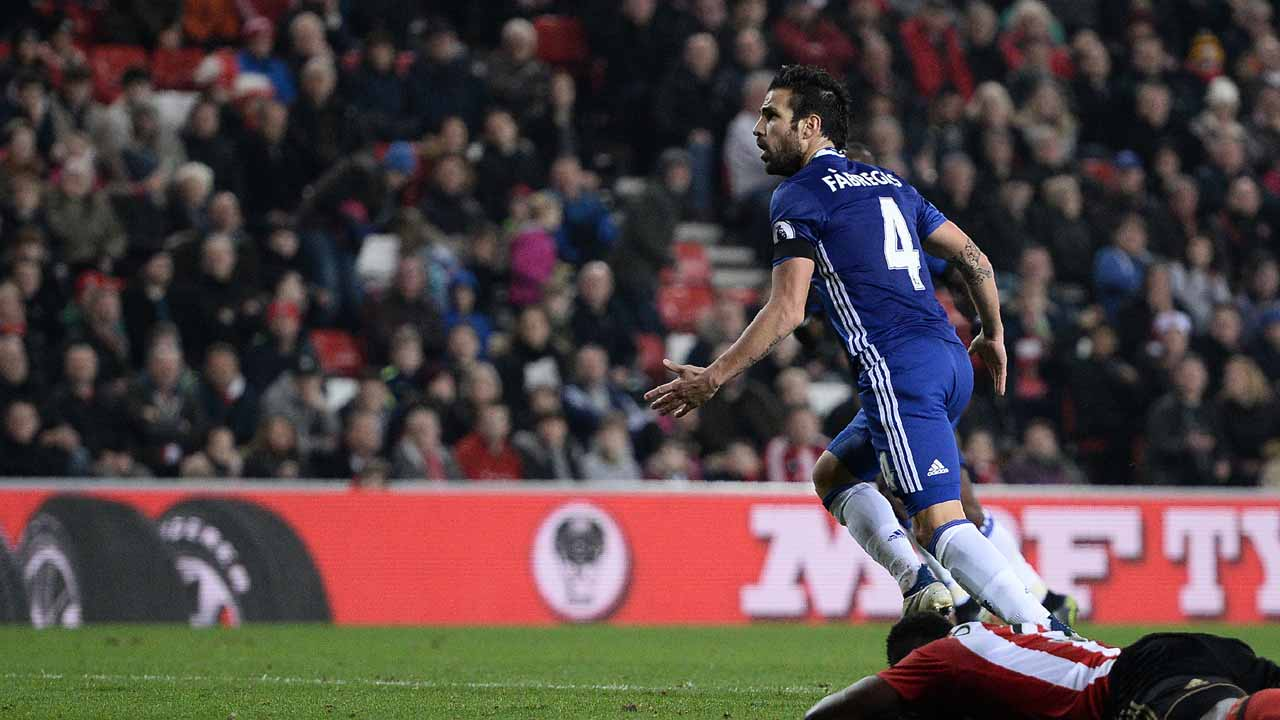 Chelsea's Spanish midfielder Cesc Fabregas celebrates scoring his team's first goal during the English Premier League football match between Sunderland and Chelsea at the Stadium of Light in Sunderland, north-east England on December 14, 2016. Oli SCARFF / AFP